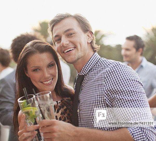 Nahaufnahme Porträt eines lächelnden Paares beim Trinken von Cocktails