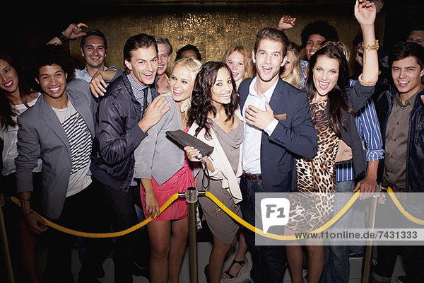 Porträt eines begeisterten Publikums in der Schlange vor dem Nachtclub