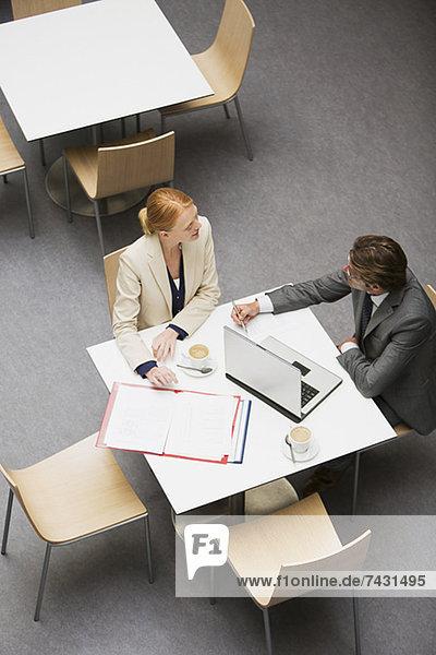 Geschäftsmann und Geschäftsfrau arbeiten im Café