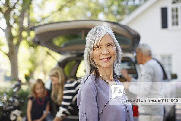 Ältere Frau lächelt im Freien