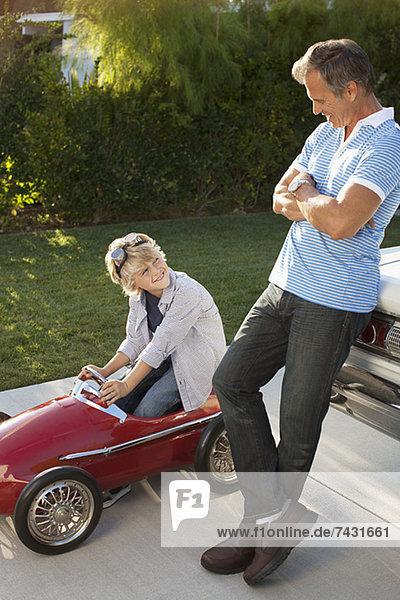 Vater und Sohn spielen mit Go-Cart
