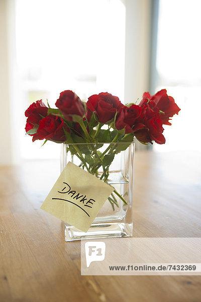 Danke Zettel an Blumenvase mit Rosen