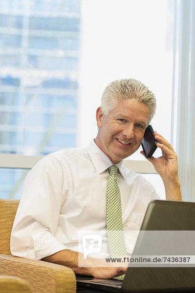 Handy  benutzen  Europäer  Notebook  Geschäftsmann