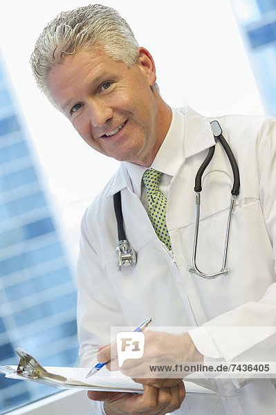 Europäer  Klemmbrett  Arzt  halten