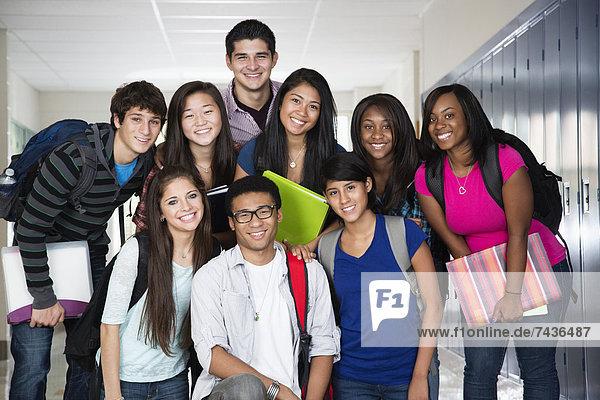 Korridor  Korridore  Flur  Flure  hoch  oben  stehend  Zusammenhalt  Freundschaft  Schule