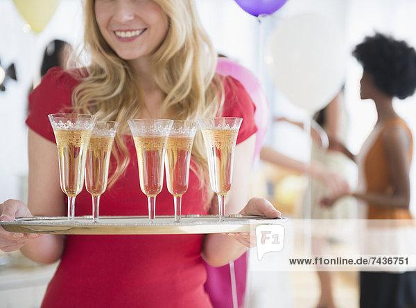 Frau  tragen  lächeln  Champagner