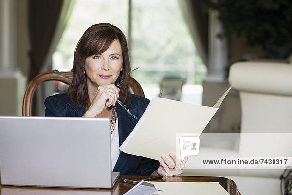 Europäer  Geschäftsfrau  sehen  Schreibarbeit
