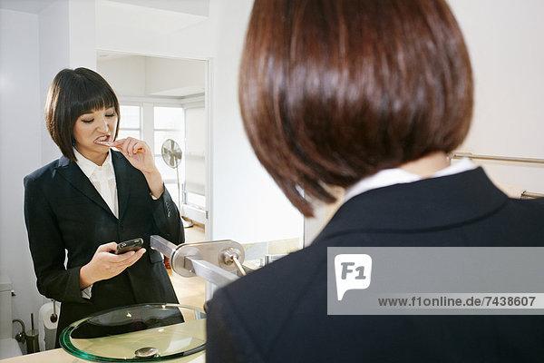 Handy Geschäftsfrau Prüfung Badezimmer mischen Mixed