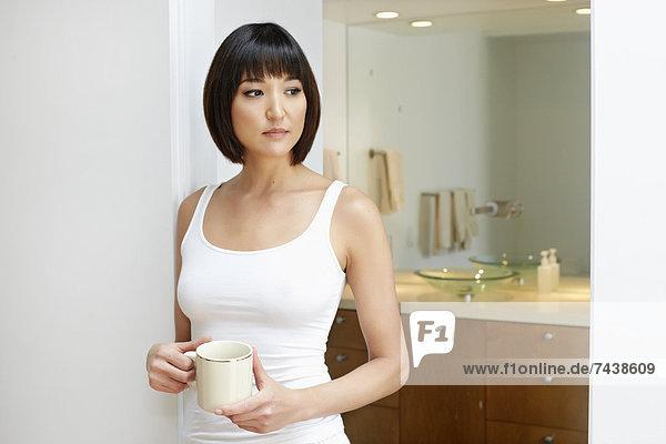 Frau  Tasse  Badezimmer  halten  mischen  Mixed