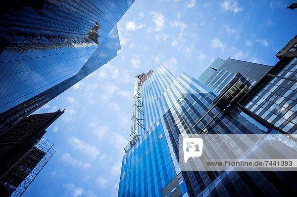 Kranich Mittelgroße Menschengruppe Mittelgroße Menschengruppen bauen geschlossen Gebäude Straße Unglück unterhalb Reichtum umgeben Zimmer Geschichte Innenstadt 90 Turmkran Manhattan neu rechts