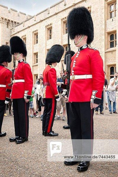Inspektion Großbritannien London Hauptstadt Monarchie wechseln Arroganz Wachmann