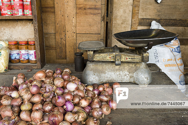 Zwiebeln und Waage  Darajanimarkt  Stone Town  Sansibar  Tansania  Afrika