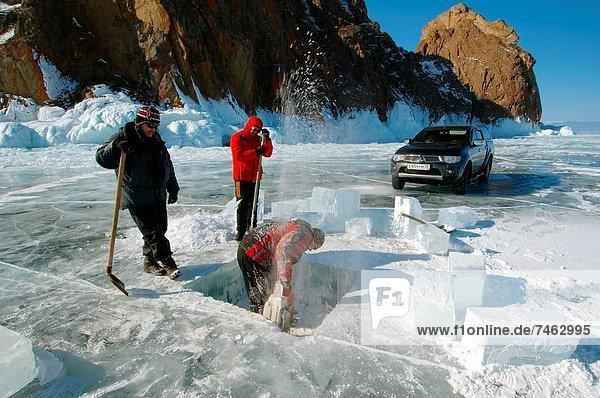 Mann  Eis  Loch  Säge  Eurasien  Russland  Sibirien