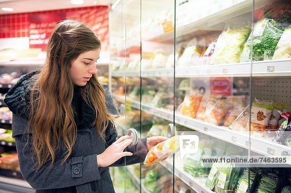 Frau  Lebensmittelladen  kaufen  jung  Niederlande  Supermarkt  Tilburg