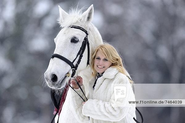 Reiterin mit ihrem Pferd  Oberpfalz  Bayern  Deutschland  Europa Reiterin mit ihrem Pferd, Oberpfalz, Bayern, Deutschland, Europa