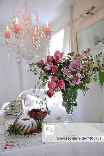 Blume am Tisch essen Bündel Kuchen Tisch