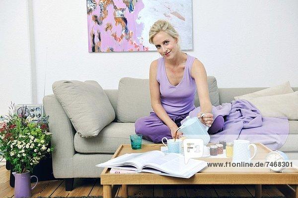 blond  Frau  jung  Couch  Frühstück
