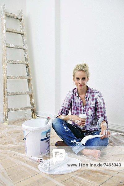 junge Frau junge Frauen blond Wohnhaus Renovierung Pause