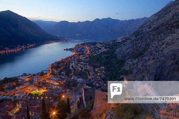 Europa Festung Ansicht UNESCO-Welterbe Bucht Abenddämmerung Kotor Montenegro
