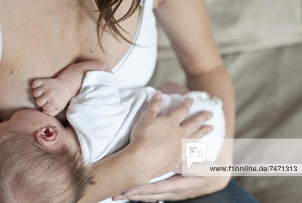 Mutter stillender Säuglingssohn