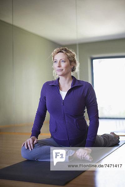 Schwangere Frau beim Yoga im Studio