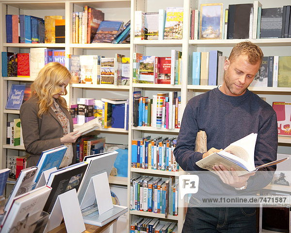 Buchhandlung  Frau  Mann  blättern