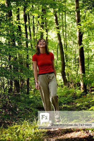 Frau beim Waldspaziergang