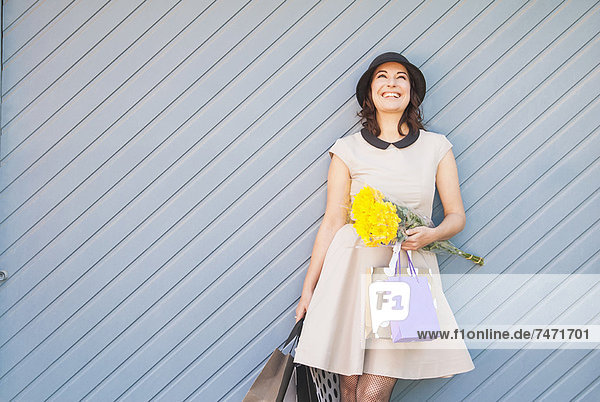 Frau mit Einkaufstaschen im Freien