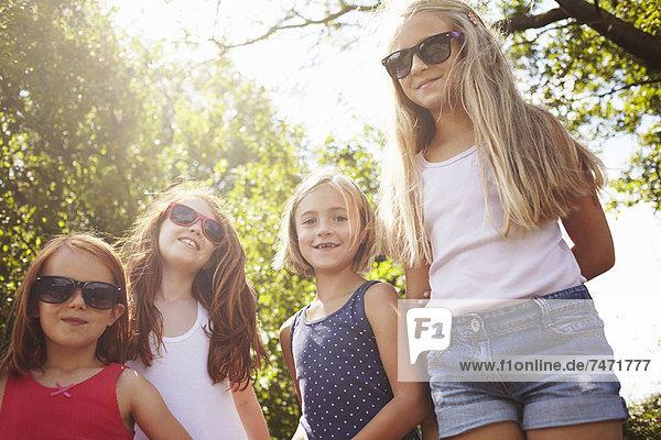 Lächelnde Mädchen,  die im Freien stehen