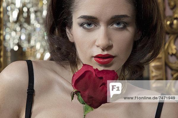 Frau in Dessous mit Blume