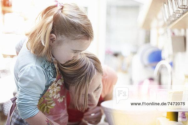 Mutter und Tochter beim gemeinsamen Backen