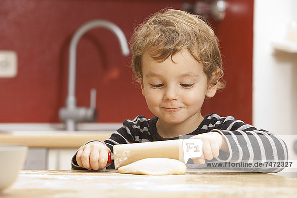Junge rollenden Teig in der Küche Junge rollenden Teig in der Küche