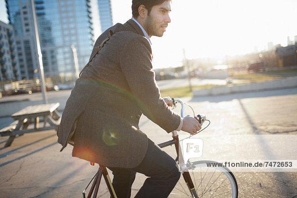 Mann fährt Fahrrad auf der Stadtstraße