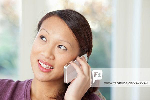 Frau spricht am Handy