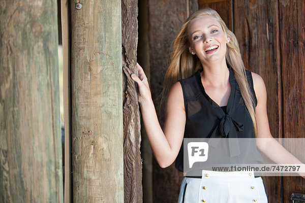 Lächelnde Frau öffnet die Tür