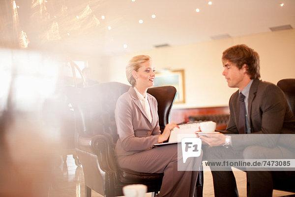 Geschäftsleute sprechen in der Hotellobby