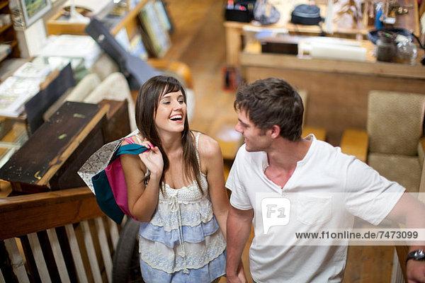 Gemeinsames Einkaufen im Secondhand-Laden