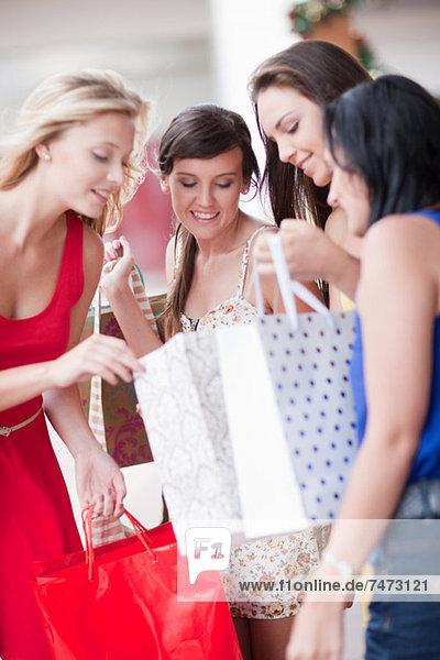 Frauen suchen in Einkaufstaschen