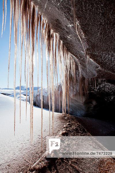 Eiszapfen  die an einer Felsformation hängen