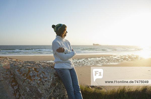 entfernt  Frankreich  Frau  sehen  Strand  Bretagne  Finistere