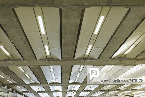 Lichter auf der Decke  St. Pancras Station  St. Pancras  London  England
