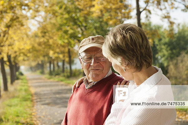 Senior Senioren Frau Menschlicher Vater reifer Erwachsene reife Erwachsene Herbst