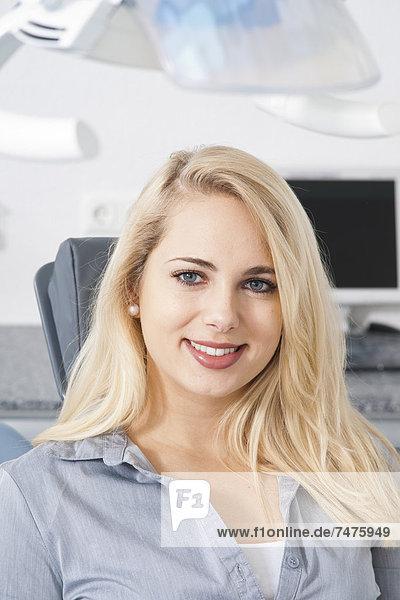 hoch  oben  nahe  Frau  Büro  Verabredung  jung  Zahnarzt  Deutschland