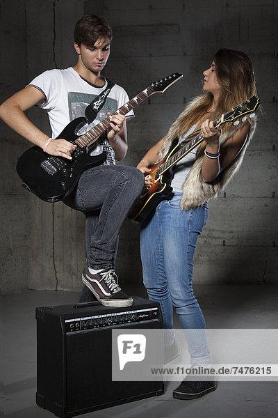 Jugendlicher  Mann  Spiel  Gitarre  jung  Elektrische Energie  Mädchen