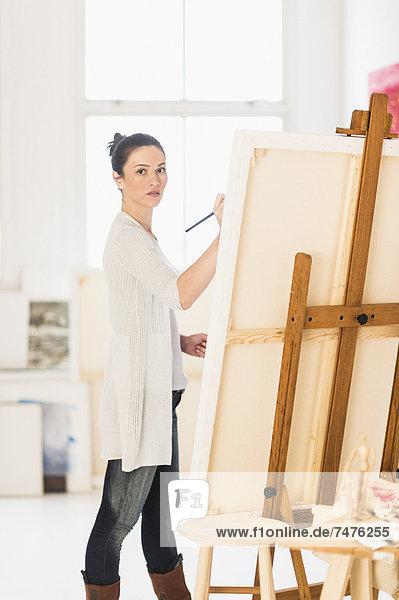 Frau  streichen  streicht  streichend  anstreichen  anstreichend  Staffelei