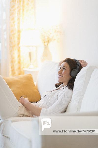 Interior zu Hause Frau zuhören Musik Klassisches Konzert Klassik