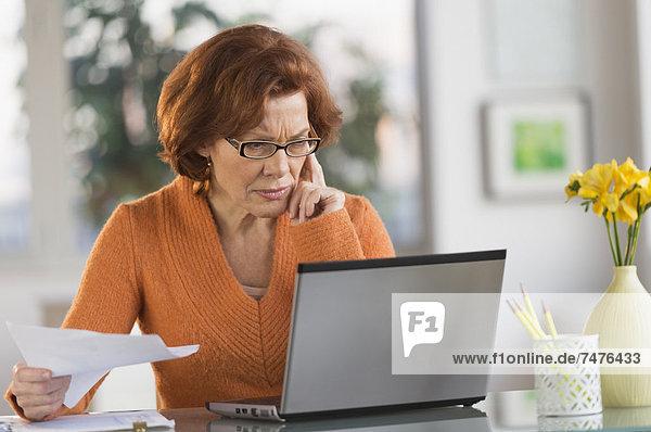 Interior  zu Hause  Senior  Senioren  Frau  Notebook  arbeiten