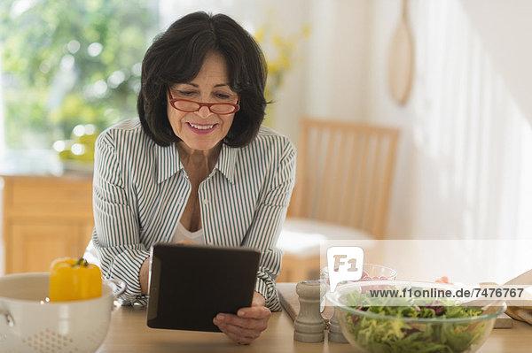 Senior  Senioren  Frau  Vorbereitung  Salat  halten  Tablet PC