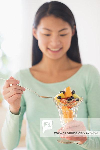 Jugendlicher  Frucht  Dessert  essen  essend  isst  Mädchen