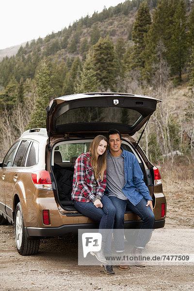 sitzend  Portrait  Auto  Kofferraum  jung  Landschaftlich schön  landschaftlich reizvoll